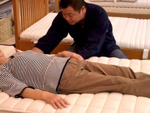 ベッドの寝心地体験、ベッドに寝てみる